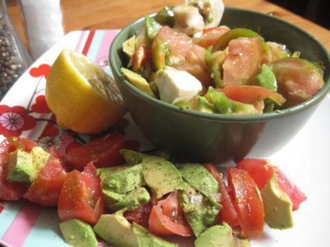 Ensalada aguacate tomate raff cebolla morada pimiento italiano champiñón limón pimienta negra