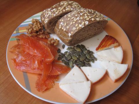 Salmón ahumada con queso pan y semillas
