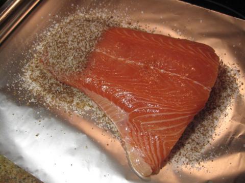 Preparación salmón marinado con sal y azúcar