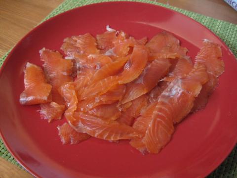 Salmón marinado finalizado y cortado